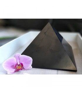 Grande pyramide en Shungite polie